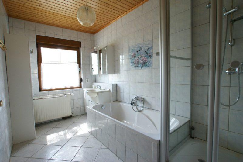 Wanne und Dusche bei Einfamilienhaus